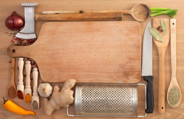 En la cocina hay una cantidad de gérmenes y bacterias que si fuéramos capaces de verlas a simple vista nos pensaríamos más de dos veces el hecho de preparar allí nuestros alimentos. Pero como no lo vemos tenemos que procurar que la higiene sea máxima, tanto en las superficies que utilizamos como en los utensilios