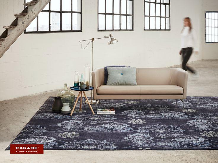 Een denim tapijt met klassieke print past uitstekend bij een sober interieur.