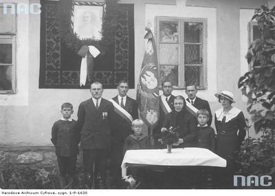 Uroczystości ku czci poległego w obronie Lwowa mjr Grzybowskiego. Poczet sztandarowy Zwiazku Legionistów z Chrzanowa z rodziną zmarłego żołnierza. Data wydarzenia: 1934-08