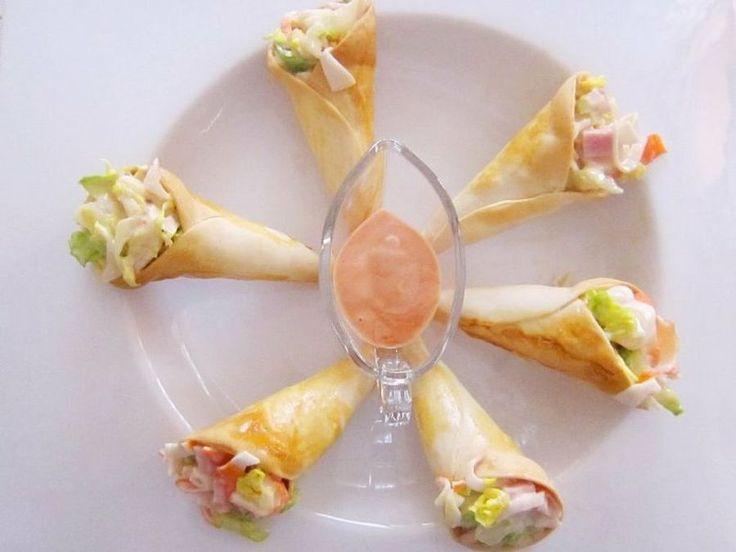 obleas de empanadillas, salmón ahumado, gambas, lechuga, palos de cangrejo, salsa rosa, jamón cocido y tacos de queso.