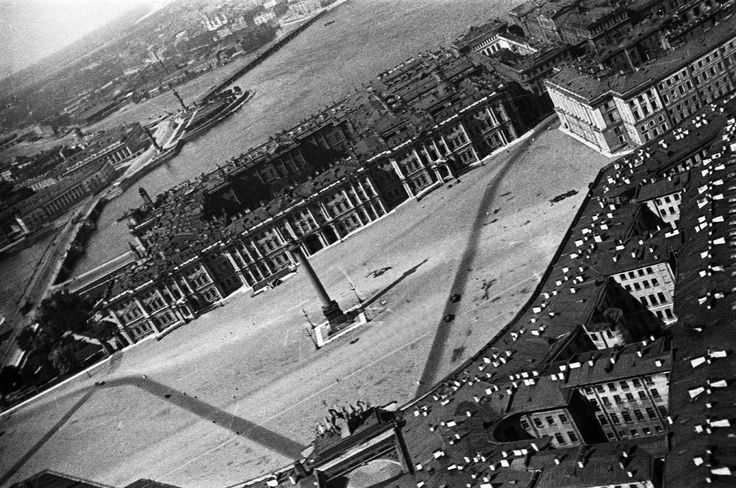 """The Alexander Column, 1931. Palace Square, with the Winter Palace and Hermitage, plus the spit of Vasil'ev island. From a series of photos of Leningrad from the air, taken for the magazine """"USSR in Construction"""". Leningrad, russia"""