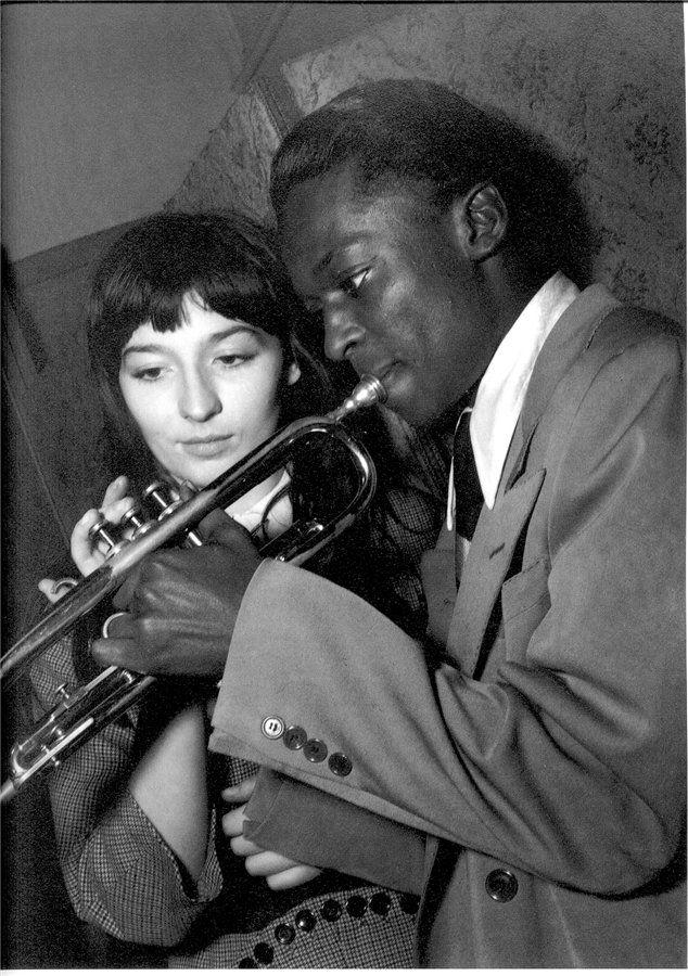 """Juliette Gréco & Miles Davis, 1949 - photo : Jean-Philippe Charbonnier - une image emblématique de """"l'époque Saint-Germain-des-Prés"""", dans l'immédiat après-guerre. Les Noirs américains se sentaient particulièrement bien accueillis en France, pendant qu'aux Etats-Unis on n'avait pas encore promulgué les """"Civil Rights""""."""