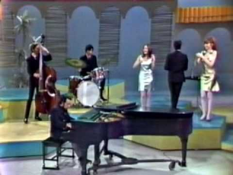 Sergio Mendes & Brasil 66 - Mas que nada (introduced by Eartha Kitt / So...