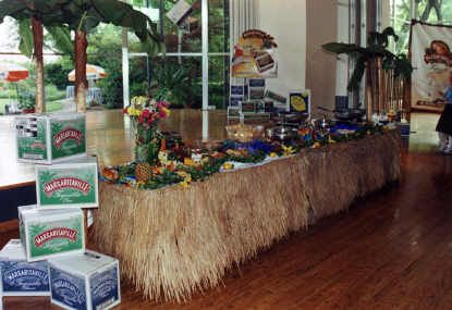 how to decorate beach themed food table | Hawaiian theme wedding - create an island paradise for your guests
