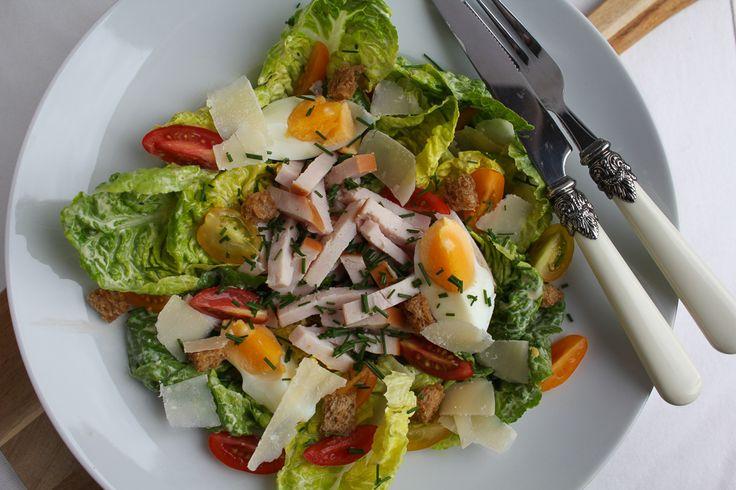 Deze caesar salad maaltijdsalade met gerookte kip, zelfgemaakte dressing en croutons is niet voor niets een heerlijke klassieker. En bovendien mannenproof!