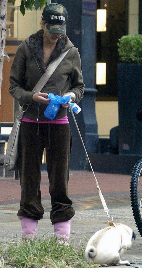 Jessica Alba, picks up the poo #cleanitup
