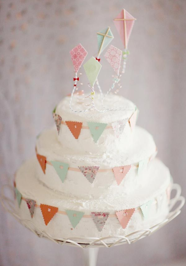 cute bunting + kite cake  @Danielle Smith Overberger    another abby bday cake idea