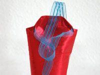 Geschenke verpacken Flasche mit Hemd und Krawatte