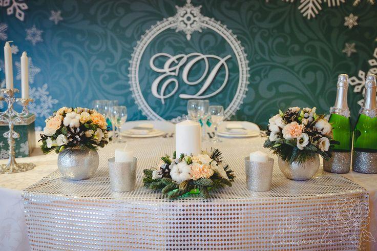 Зимняя свадьба в изумрудном и серебряном цвете. В оформлении мы использовали нежный хлопок, пихту, много серебряных блёсток, снежинок ,шишек и добавили немного персикового цвета