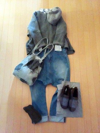 ルーズシルエットのカジュアルスタイルに冬らしさをプラス。 「ニット×シャツ」の定番レイヤードにサルエルデニムのほっこりゆるコーデ。ハリスツイードの靴が可愛らしさと上品さをプラスしてくれます。