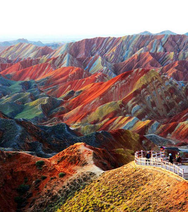 Zhangye Danxia, Chine Dans la province de Ganju, au Nord-Ouest de la Chine, non loin du désert de Gobi, se trouvent des montagnes présentant un étrange aspect bariolé, avec plusieurs couches rocheuses de couleurs différentes. Ces curiosités géologiques se sont formées par sédimentation, puis par érosion, sur une période de 24 millions d'années