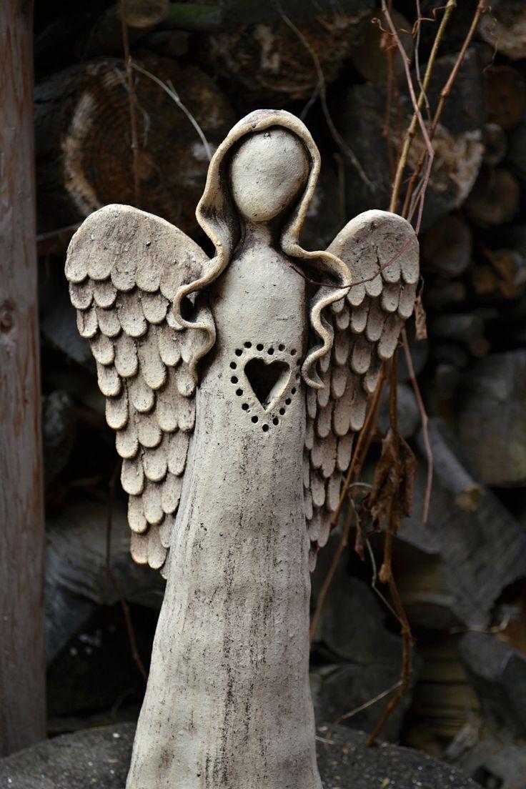 Andělinka se srdcem Prořezávaný anděl z hrubé šamotové hlíny. Pálen na vysokou teplotu. Barven oxidy Zespodu je prostor pro vložení svíčky. Výška 42 cm.