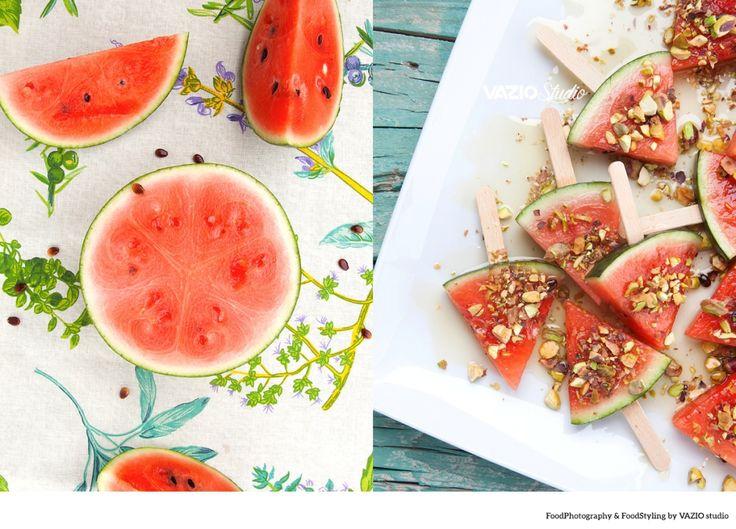 A ideia é cortar pequenos pedaços de melancia em forma de triângulo e espetar uns pauzinhos. Ou seja, vai parecer mesmo um gelado