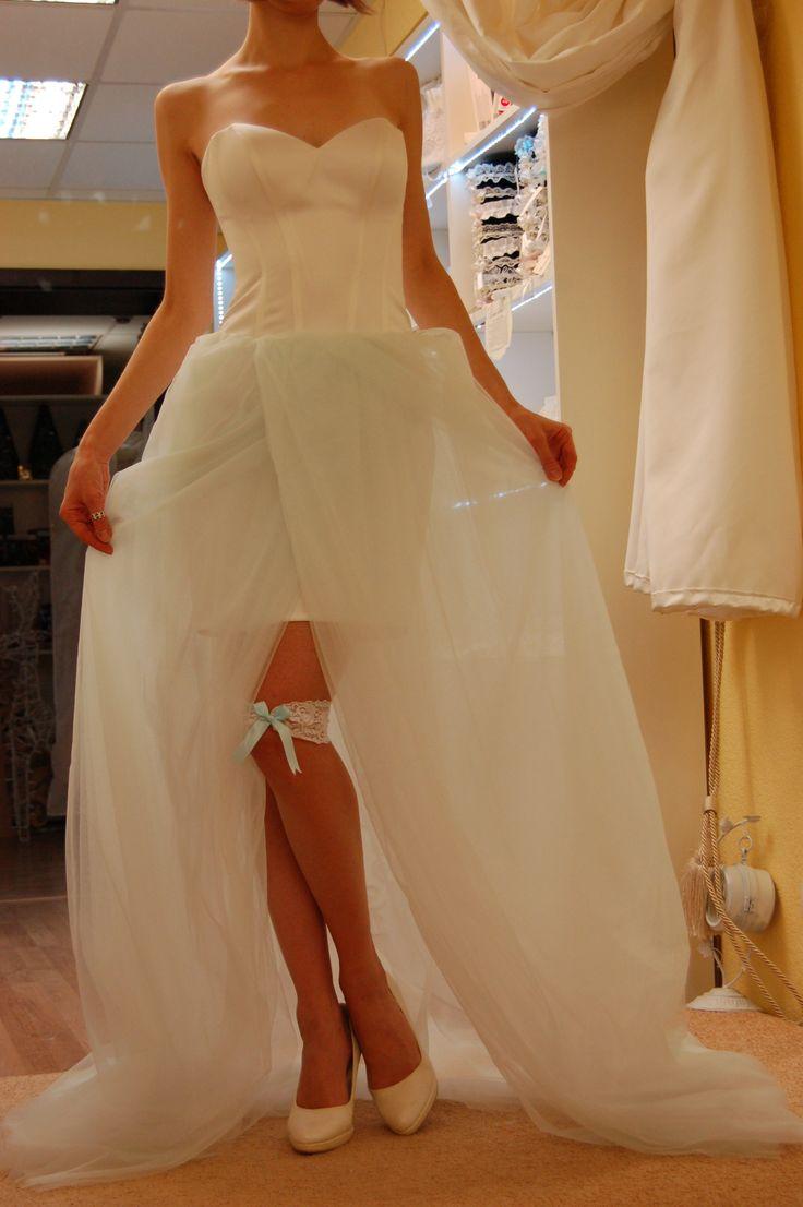 Корсетное атласное платье, корсет молочного цвета со шнуровкой, внутренняя юбка мини из молочного стрейч-атласа, верхняя юбка из нескольких слоев мятного фатина со шлейфом.