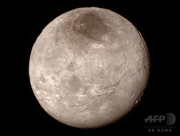米航空宇宙局が公開した冥王星の最大の衛星カロンの画像。無人探査機「ニュー・ホライズンズ」の望遠撮像装置「Long-Range Reconnaissance Imager、LORRI」により、46万6000キロから撮影された。峡谷の一帯が左から右に、1000キロにわたり広がっている。(2015年7月13日撮影、15日公開)。(c)AFP/HANDOUT/NASA ▼27Jul2015AFP 【写真特集】冥王星、探査機が最接近 明らかになるその姿 http://www.afpbb.com/articles/-/3054541 #Charon #شارون #冥卫一 #冥衛一 #شارون #Харон #Caronte #카론