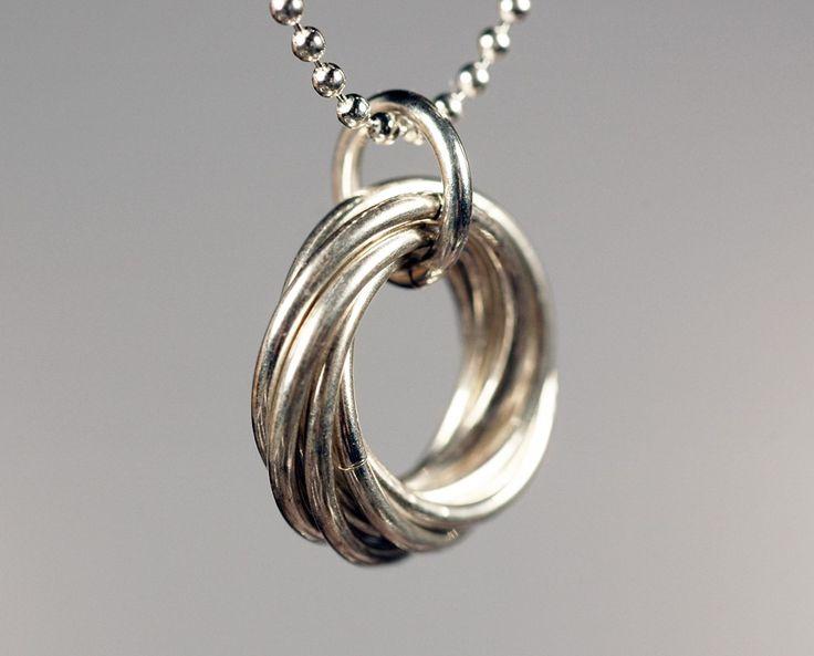 Best seller de Maille media luna:  7-anillo mobius flores suspendidas de una cadena de pelline fino (también conocido como cadena de la bola o bolas). Una flor de mobius está formada por anillos de tejido a través de los centros de cada uno; más anillos, más parece una espiral interminable.  Los anillos que se utilizan para la flores son poco más de 1\/2-pulgada (15mm) de diámetro; la flor sí mismo es un poco más ancha, 5\/8-pulgada (17mm). Las bolas de la cadena de pelline son 1,5 ...