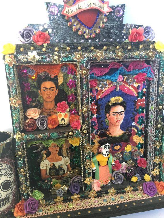 Op dit moment te koop Was $115 nu $98!! Zulk een prachtige Mexicaanse stuk voor uw muur of plank.  Dit is een mooi groot stuk. Het is een van mijn originele creaties van de grote Frida heiligdommen en heeft extra functies zoals de kroon met heilig hart top en de twee droge bloem containers aan de zijkanten. Een perfect stukje voor een altaar! Het is Frida Kahlo thema en heeft mooie beelden van de Mexicaanse kunstenaar en verbazingwekkende Mexicaanse beeldjes van Frida en katten. Echt mooier…