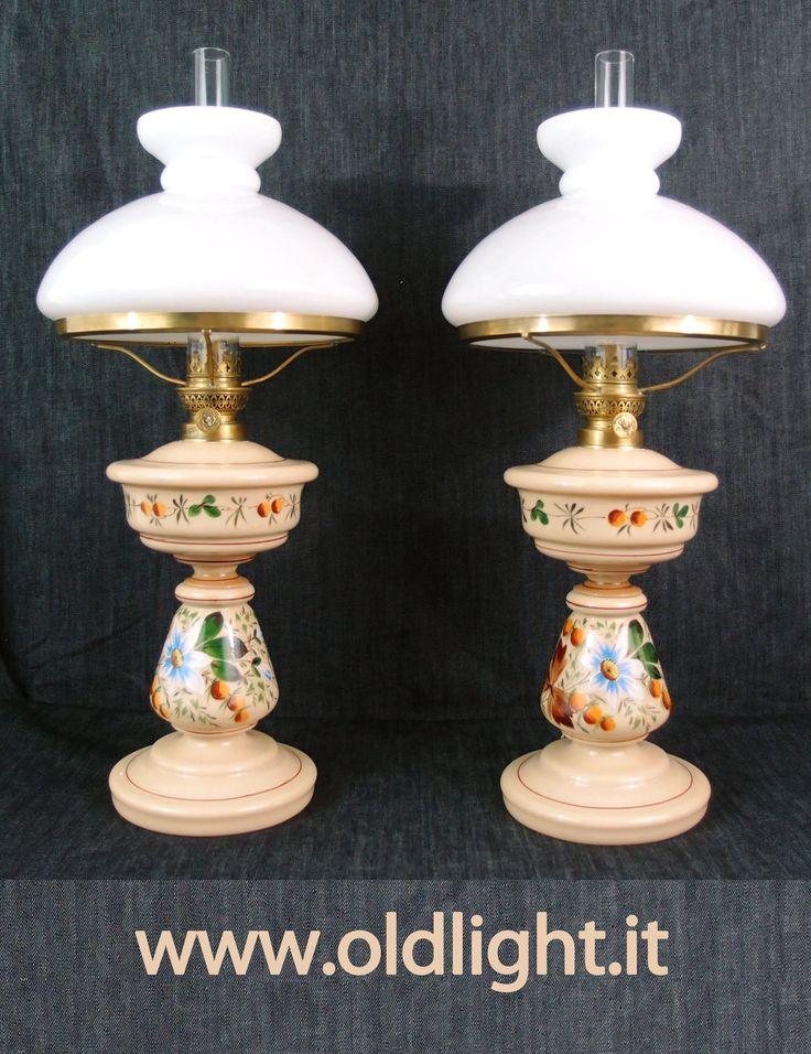 Bellissima, rara ed integra coppia di lampade ( originali antiche )  in  opaline color crema decorate a mano ; Bruciatori Kosmos 10'''; vetro Kosmos 10'''; Paralume abat-jour in opaline bianca tutto Gaudard - Paris.