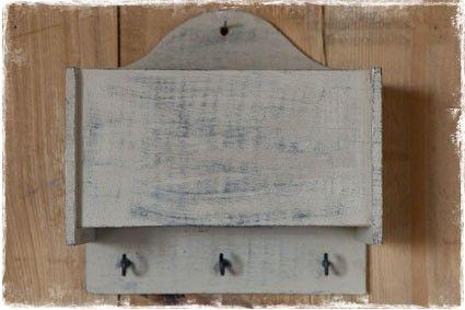 Handig houten sleutelbakje in landelijke stijl. Voor het opbergen van sleutels en andere spulletjes. #opbergen, @janenjuup