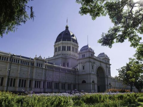 Carlton es uno de los suburbios más dinámicos y diversos de Melbourne. Aquí encontrarás las principales instituciones educativas, así como el zoológico, el histórico cementerio, parques, plazas y varios hospitales de importancia.