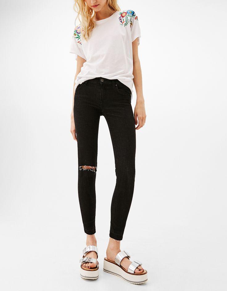 Jeans Skinny Fit. Descubre ésta y muchas otras prendas en Bershka con nuevos productos cada semana