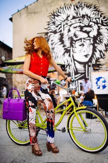 sesja zdjęciowa  Bike Bell Press Office z wykorzystaniem ubrań dostępnych w Forum Mody! #forumody #sesjazdjeciowa #streetart #bike #insomnia #bag #cracow #jumpsuit #red #violet #yellow #fashion #thekazimierzdistrict
