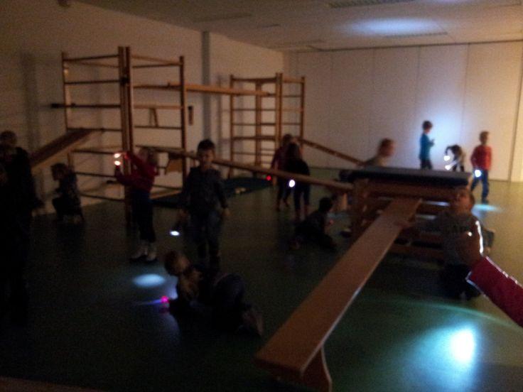 Spionnen in speellokaal. Zaklampen mee en in donkere speellokaal op verkenning uit. (Vandaag zijn we er niet om te gymen, dus nergens op klimmen). Geweldige site van Juf Henrike. kleuterklasse.nl.