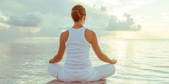 Ik neem je meenaar de wereld van het hormoon cortisol; ook wel het stresshormoon genoemd. Stress is niet altijd ongezond voor je De bijnieren die als kapjes over onze nieren liggen produceren dit hormoon wanneer er stresssituaties ontstaan. Laten we voorop stellen dat stress niet per definitie ongezond is. De cortisol die nodig is om bijvoorbeeld die
