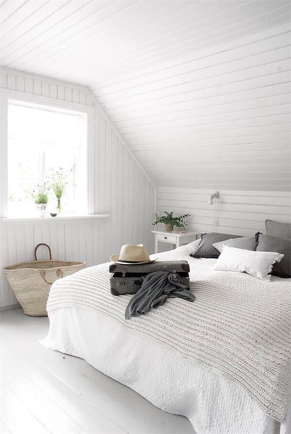 Le lambris peint en blanc éclaircit la chambre.