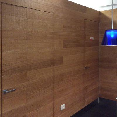 Deliziosa in ogni particolare la nuova GELATERIA NETTUNO • La parete rivestita in doghe di rovere taglio sega, funge da divisorio tra la sala, il laboratorio ed il bagno; tutte le porte sono montate a filo.