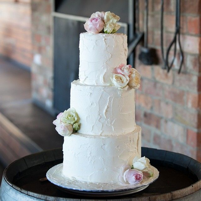 Sweet, simple and elegant @zonzoyarravalley @sugarbeeflowers @goldsmithandco  #cherrytreebakehouse #yarravalley #wedding #weddingcake