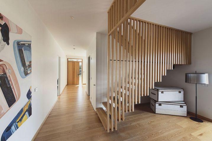 Cage d'escalier en lame de bois avec escalier en bois de chêne clair