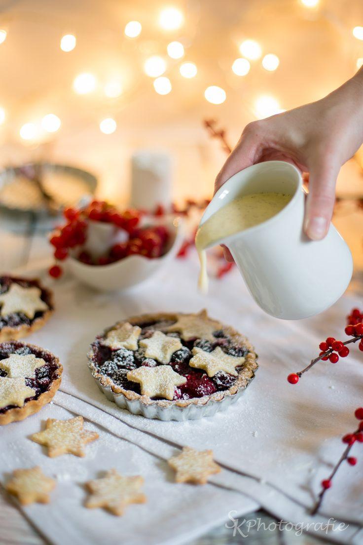 Alles und Anderes: Winterliche Sternen-Beeren-Tartelettes mit Zimt, Kardamon und einer köstlichen Vanillesoße