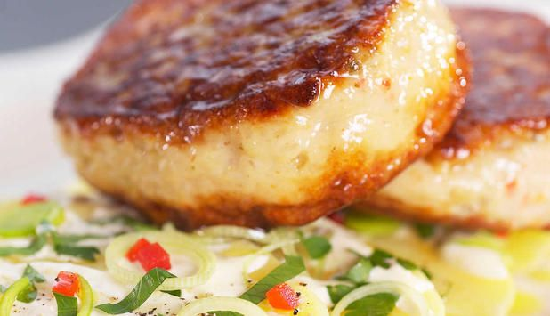 Oppskrift på potetsalat, fiskekakene kjøper du ferdig for en kjapp middag. #fisk #oppskrift