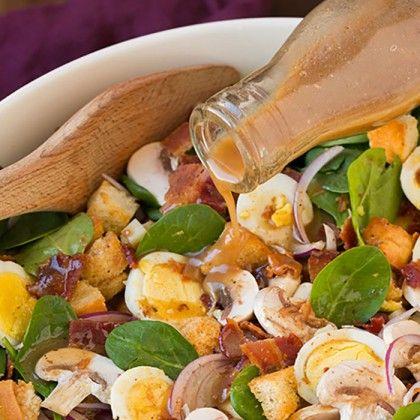Σαλάτα με μπέικον, αυγά, σπανάκι και ελβετικό τυρί