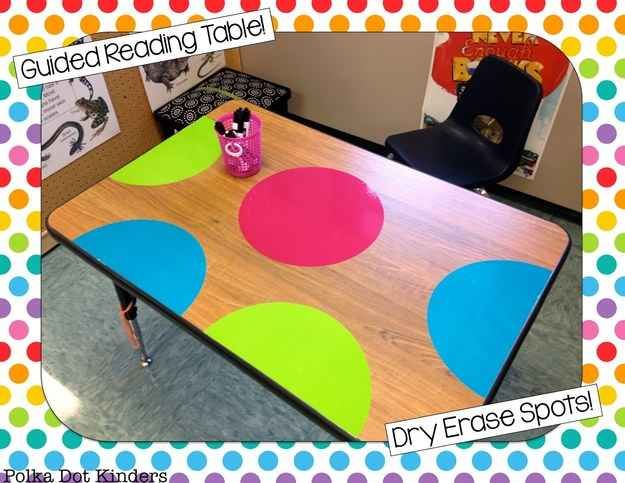 O añade lunares a tus mesas; ¡se puede escribir sobre ellas con marcadores de borrado en seco!