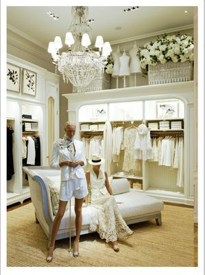 Muy bonita arquitectura y ropa predominantemente blanca. David Menéndez.Store Interior Twitter @ThePowerofShoes Instagram @SocietyOfWomenWhoLoveShoes www.SocietyOfWomenWhoLoveShoes.org