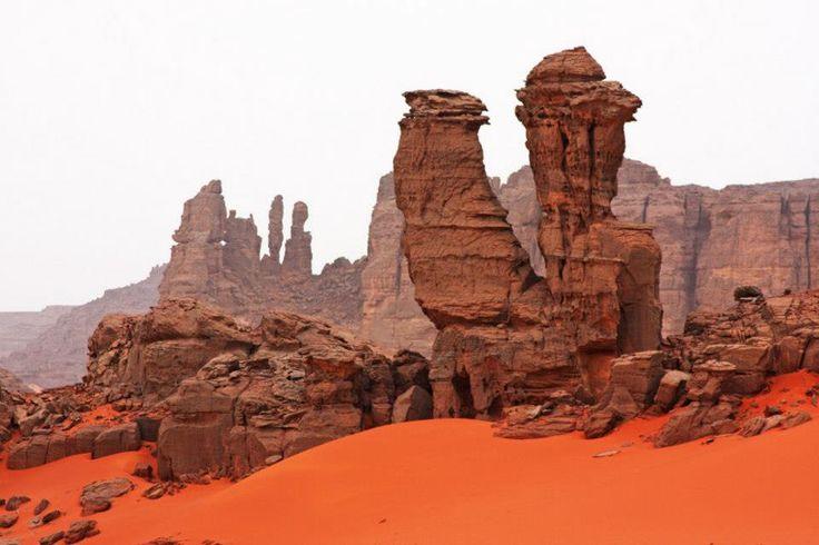 le sahara grand desert ou steppe-Ici le Tadrart rouhe à Djabet, dans le sud algérien