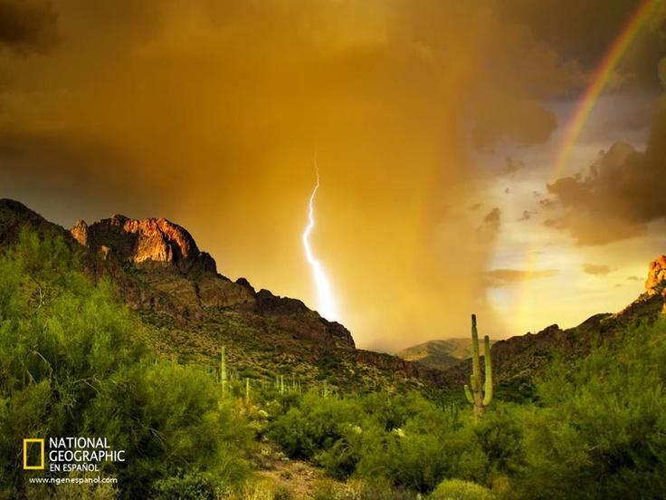 El fotógrafo Robert Quinn logró captar el momento exacto en que un rayo y un arcoiris adornaron la Montaña de la Superstición, en Arizona.