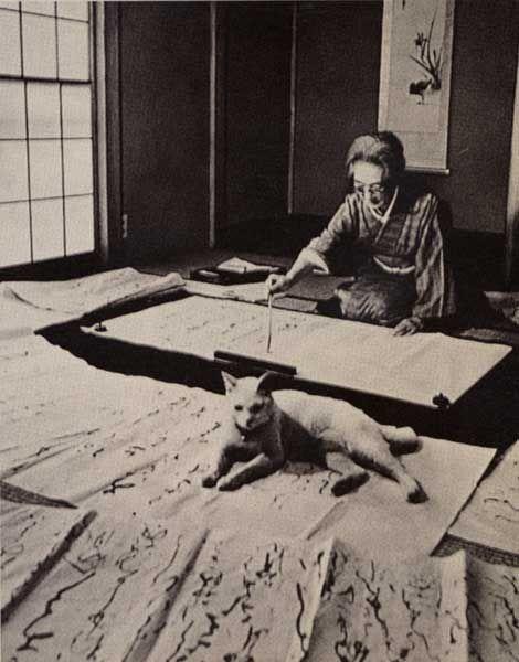Japanese calligrapher Tsuneko KUMAGAI (1893~1986) at work. With her cat. 熊谷恒子