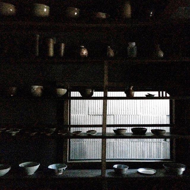 . 今、久しぶりに電車に乗っています。西荻窪に納品に行く為です。すごい遅延しています。 . 12/9(金)13:00〜19:00のopenですが、少し開店時間が遅れるかもしれません。申し訳ありません。 . その場合、珈琲かチョコが好きな方は、近所の「蕪木」 @kabuki__  で、時間を過ごしていただけたらと思います。 . #白日  #蕪木 #古道具  #antique  #古物hakujitu_