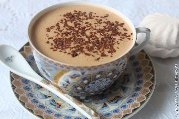 Ингредиенты:  Плитка молочного или горького шоколадаЗефир — 2 шт.Молоко — 300 млШоколадная крошка для украшенияПриготовление:1. В кастрюльку наливаем молоко, подогреваем его на плите…