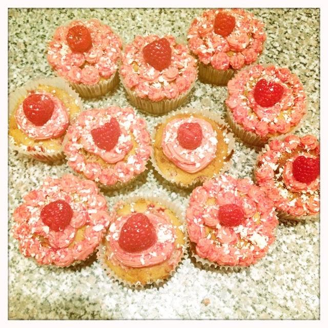 White choc and raspberry cupcakes!!