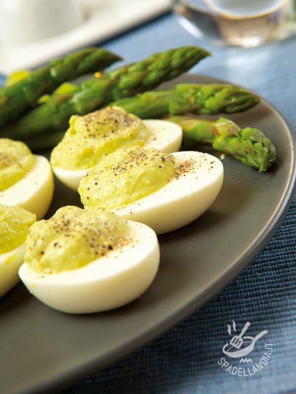 Le Uova sode farcite in crema verde sono un antipasto facile e veloce: farete un figurone con i vostri invitati con poco sforzo e quasi in un battibaleno!