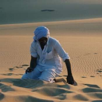 Cruzando el desierto, un viajero vio a un árabe sentado al pie de una palmera. A poca distancia reposaban sus caballos, pesadamente cargados con objetos de valor.