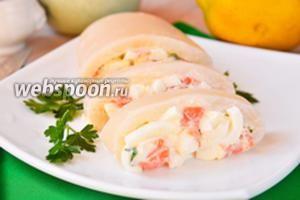 Кальмар фаршированный красной рыбой, петрушкой и яйцами