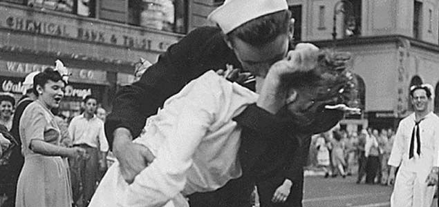 The US sailor who was pictured in the iconic WWII kissing photo in New York's Times Square, has died.