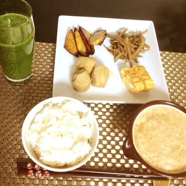 芋づくし。笑 朝食です。 - 19件のもぐもぐ - グリーンスムージー、里芋の煮っころがし、大学芋、卵焼き、山芋の柚子胡椒がけ by mai0902