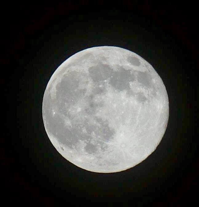 9 de Junio.  Mi primera foto a la luna llena. Genial!