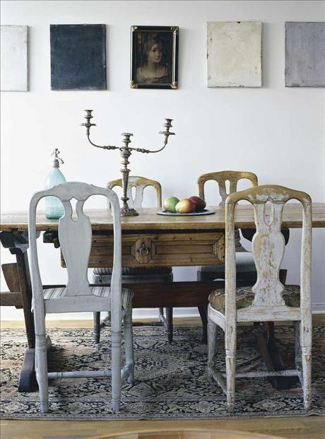 Nedan: Matrumsdelen med gustavianska stolar och antikt bord från nk. Också kandelabern och kelim-mat...